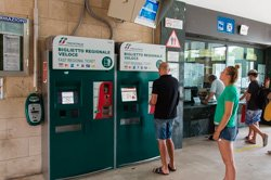 Distributeurs de tickets dans la gare, Levanto, Italie